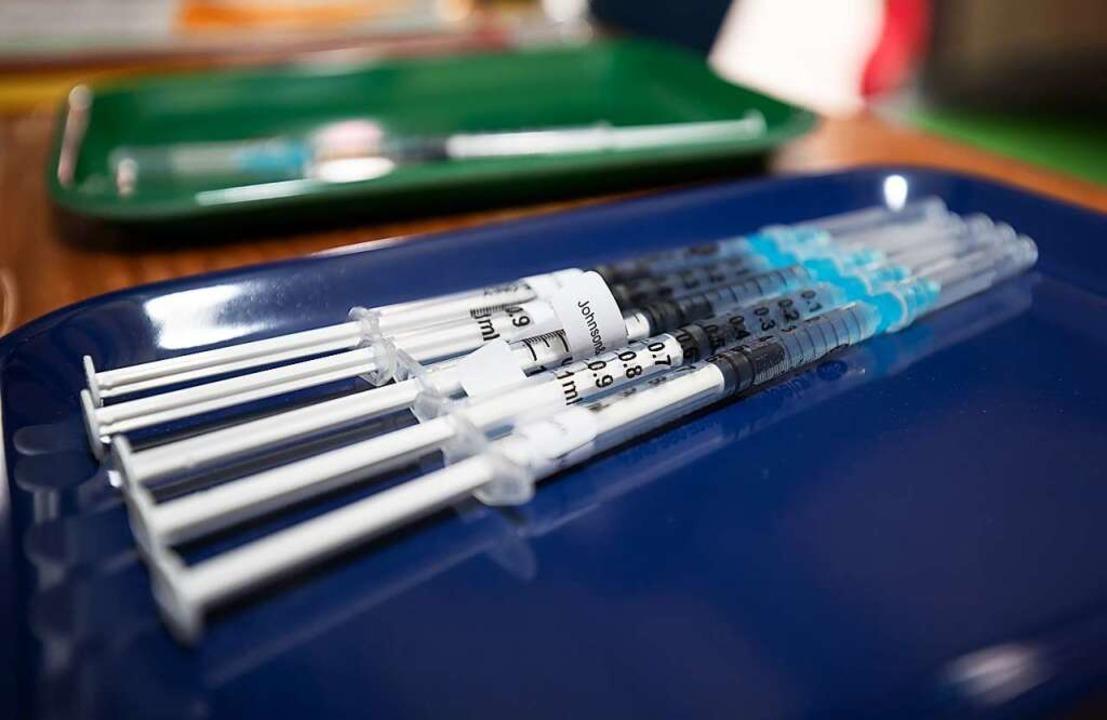 Genügend Impfstoff gibt es mittlerweil...8211; nur an Impfwilligen mangelt es.   | Foto: Friso Gentsch (dpa)