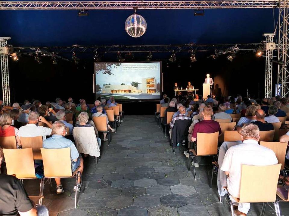 Gut 200 Besucher informierten sich im ...lle über das Bürgerhaus mit Mediathek.  | Foto: Hans-Peter Müller