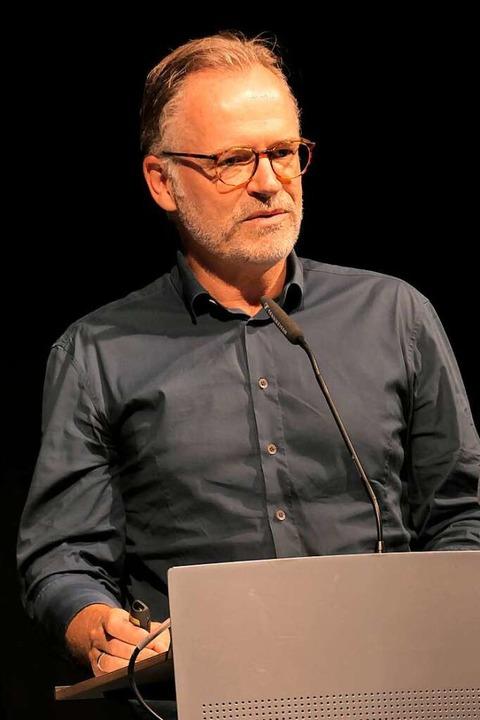 Architekt Michael Maucher bei der Präs...er Pläne im Zelt  der  Kulturbaustelle  | Foto: Hans-Peter Müller