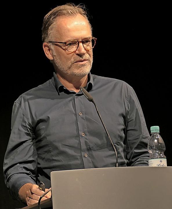 Architekt Michael Maucher bei der Präs...er Pläne im Zelt  der  Kulturbaustelle    Foto: Hans-Peter Müller
