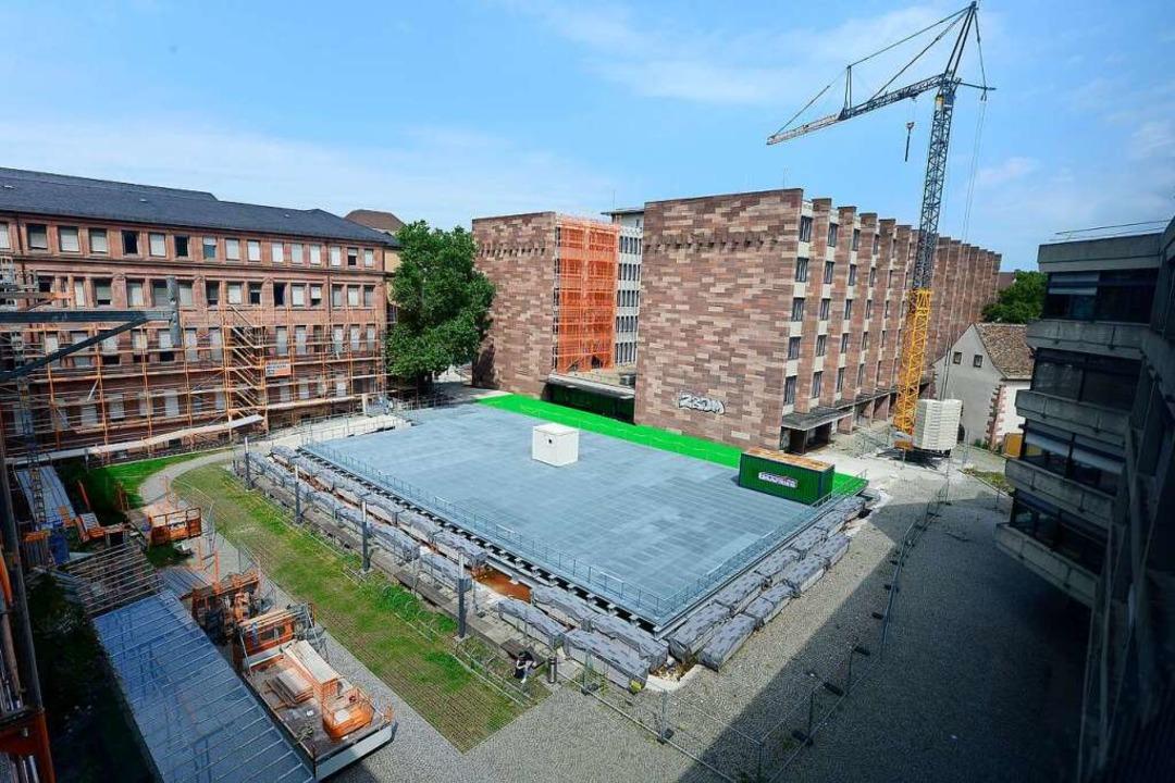 Im Uni-Innenhof ist ein großes Gestell... mit bis zu 40 Tonnen befahren werden.  | Foto: Ingo Schneider