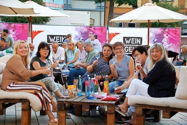 Weingenuss und Hochwasserhilfe auf dem Offenburger Marktplatz