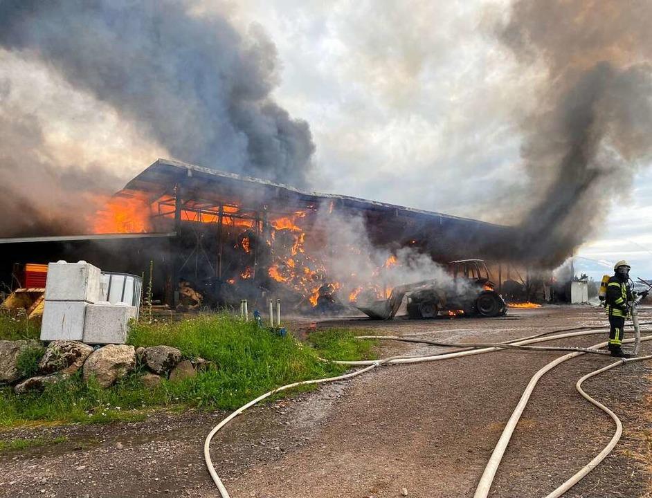 Von einem Traktor (Bildmitte) ging ein...end zu einem großen Brand entwickelte.  | Foto: Sebastian Barthmes