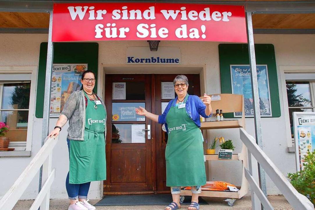 Uschi Brombach (rechts) und Mitarbeite...e haben die Kornblume wieder geöffnet.  | Foto: Petra Wunderle