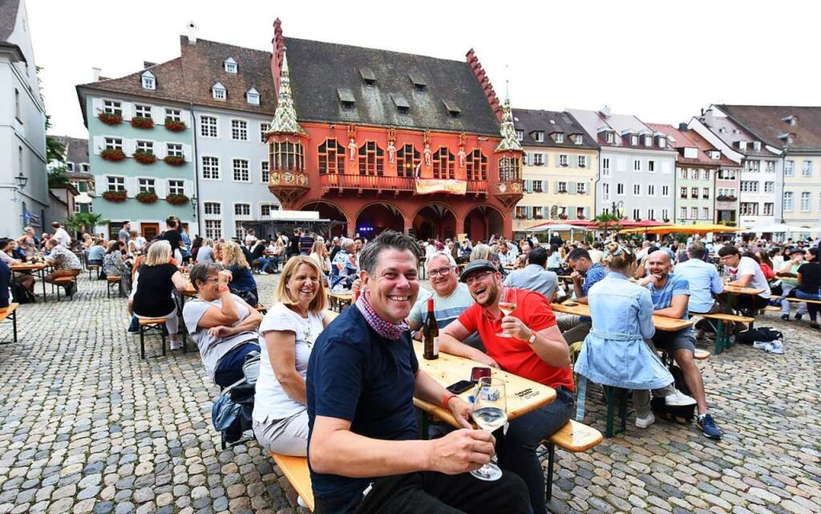 750 gut gelaunte Gäste hatten sich am ...Tische auf dem Münsterplatz gesichert.  | Foto: Rita Eggstein