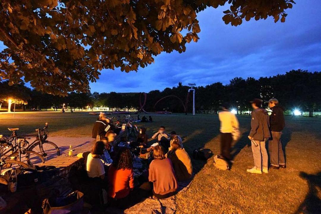 Immerhin: Ein paar Grüppchen fanden sich am Samstagabend im Eschholzpark ein.  | Foto: Rita Eggstein