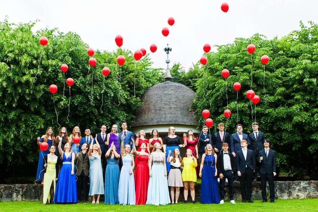 Die Schülerinnen und Schüler freuen si...eugnis und lassen Luftballons steigen.    Foto: Foto Design Hanspeter Trefzer