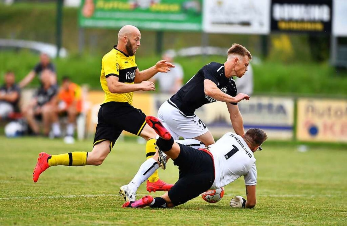 Teninger Stephan Stübbe (Mitte) auf dem Weg zu seinem Treffer zum 3:1-Endstand.  | Foto: Achim Keller