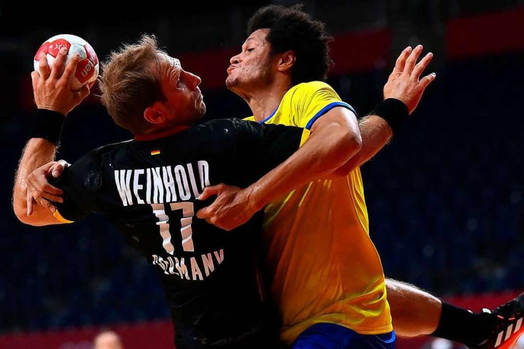 Steffen Weinhold (links, hier gegen Th...ten gegen die Brasilianer zu kämpfen.     Foto: FRANCK FIFE (AFP)
