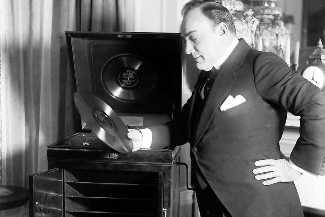 Enrico Caruso mit Schellack-Platte   | Foto: Courtesy Everett Collection (imago)