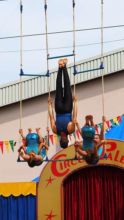 In schwindelerregender Höhe zeigen diese Akrobaten ihre Kunststücke.  | Foto: Bertold Obergföll