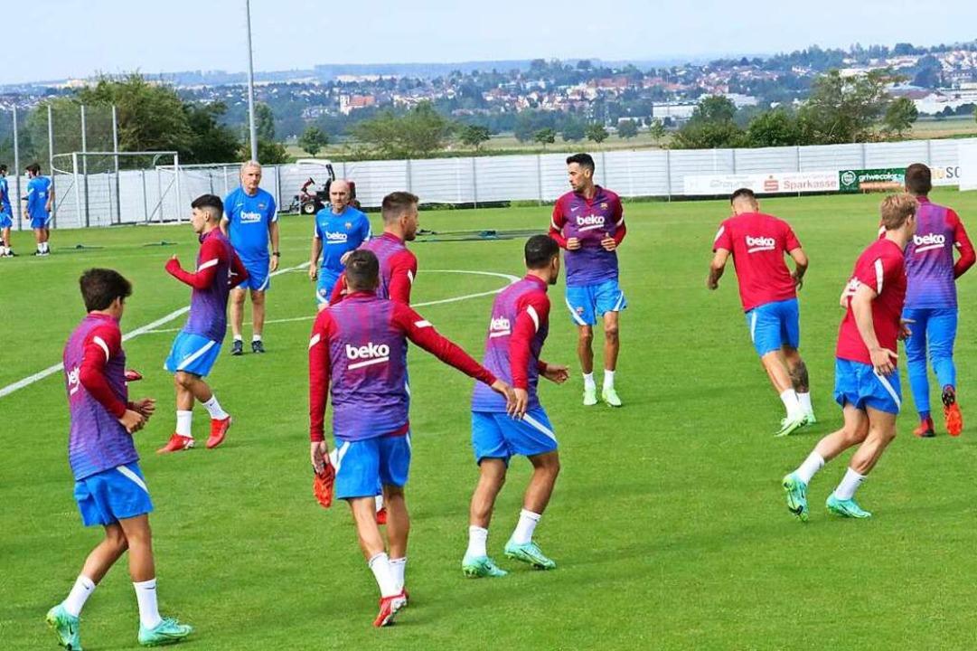 Das Training des FC Barcelona auf dem ...intergrund ist Donaueschingen zu sehen    Foto: Otto Schnekenburger