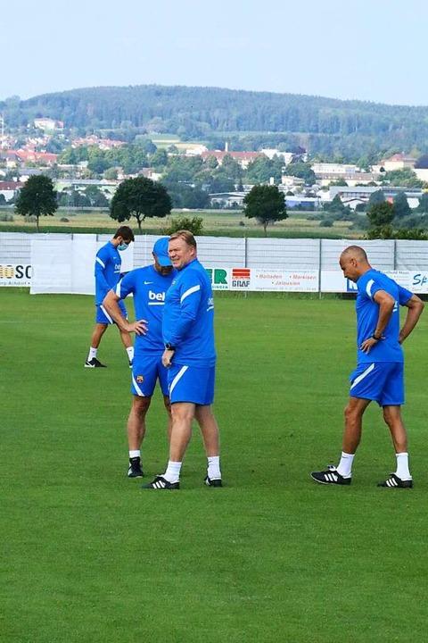Das Trainerteam um Ronald Koeman (vorne Mitte) tauscht sich aus.    Foto: Otto Schnekenburger