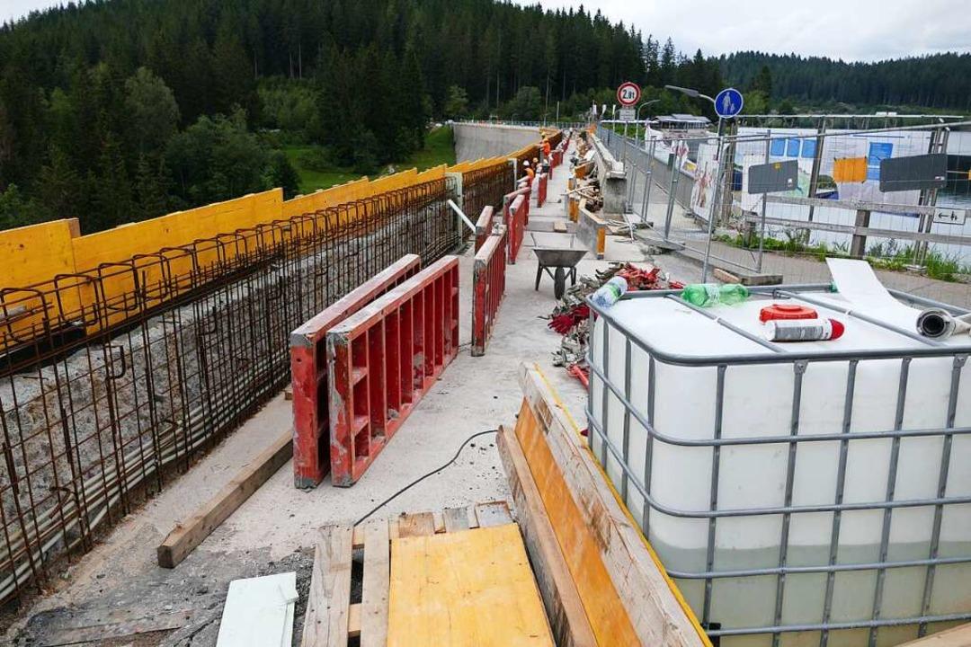 Die Sanierung der Schluchsee-Staumauer...iten dauern mindestens bis November.    | Foto: Ralf Morys