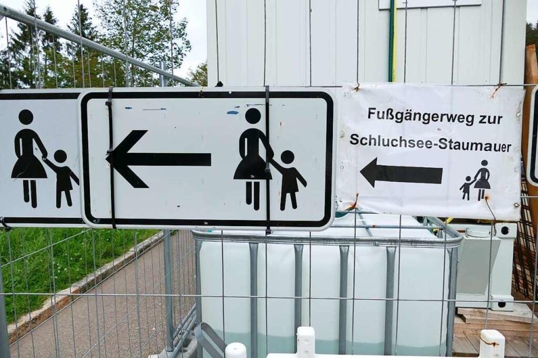 Fußgänger können weiterhin den Weg übe...s voraussichtlich November gesperrt.    | Foto: Ralf Morys
