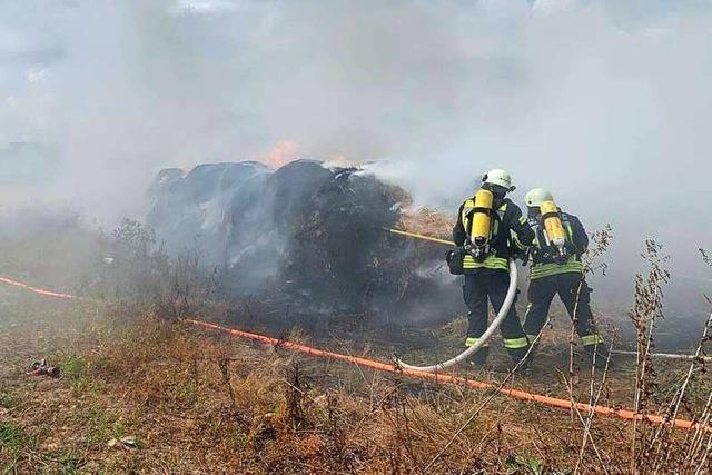 Brennende Strohballen in Buchholz verursachen starken Rauch