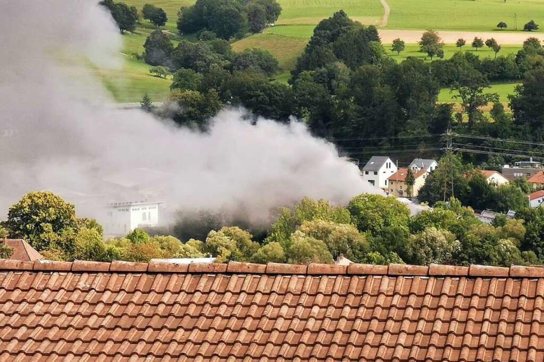 Die Rauchsäule war deutlich sichtbar.  | Foto: Peter Klusmann