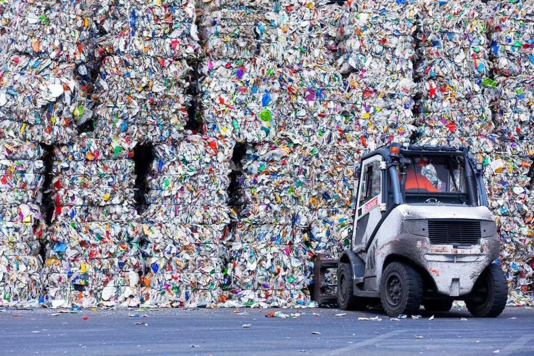 Der Kampf gegen die Berge an Müll (auf...ür Verpackungsmüll) hat erst begonnen.    Foto: Rolf Vennenbernd (dpa)