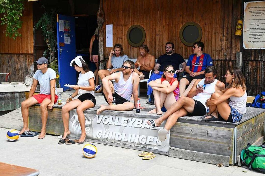 Kleine Auszeit im Beach-Paradies: In G...nde  Turnierspieler und Camp-Anfänger.    Foto: Achim Keller