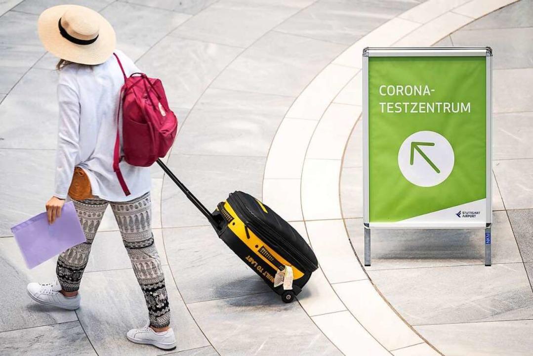 Wer nicht geimpft oder genesen ist, mu... Deutschland einen Corona-Test machen.  | Foto: Sebastian Gollnow (dpa)