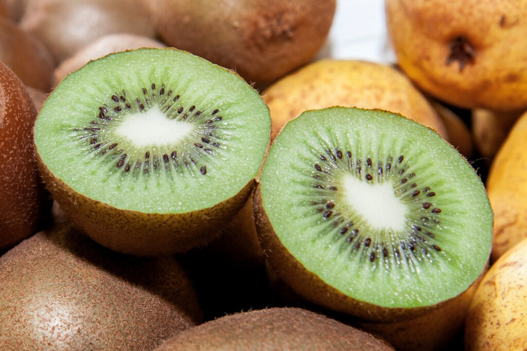 Zwei Kiwis enthalten bei läppischen 10...bedarf eines Erwachsenen an Vitamin C.  | Foto: Felix Zahn