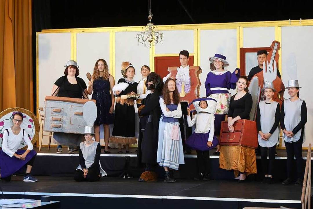 Gut gelaunt stecken die Jugendlichen mitten in den Dreharbeiten für ihr Musical.  | Foto: Christoph Breithaupt