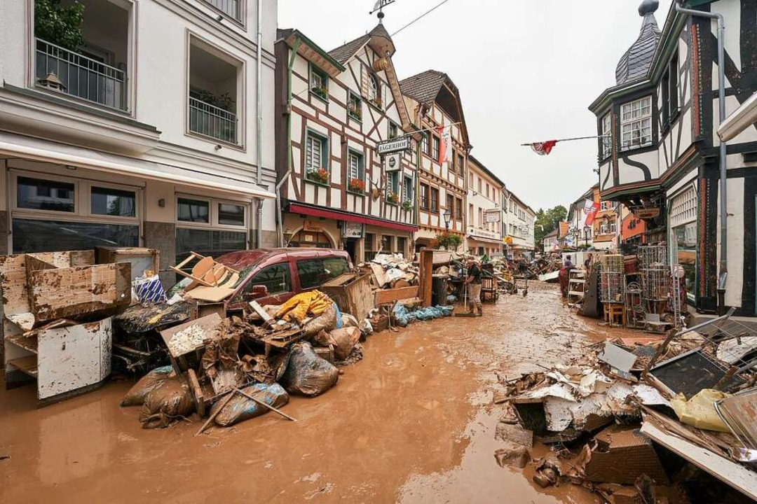 Bad Neuenahr-Ahrweiler: Anwohner und L...es Mobiliar nach draußen zu bringen. I  | Foto: Thomas Frey (dpa)