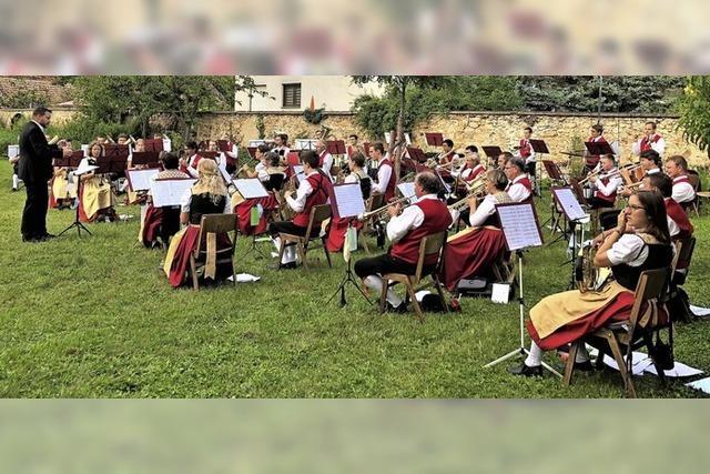 Musikalische Ehren im Pfarrgarten