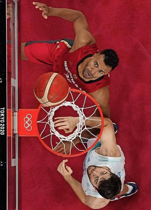 Der Deutsche Johannes Thiemann (oben) ...ale des olympischen Basketballturniers  | Foto: BRIAN SNYDER (AFP)