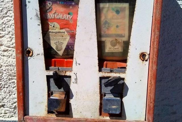 In Bonndorf gibt es noch an mancher Hauswand einen Kaugummiautomaten