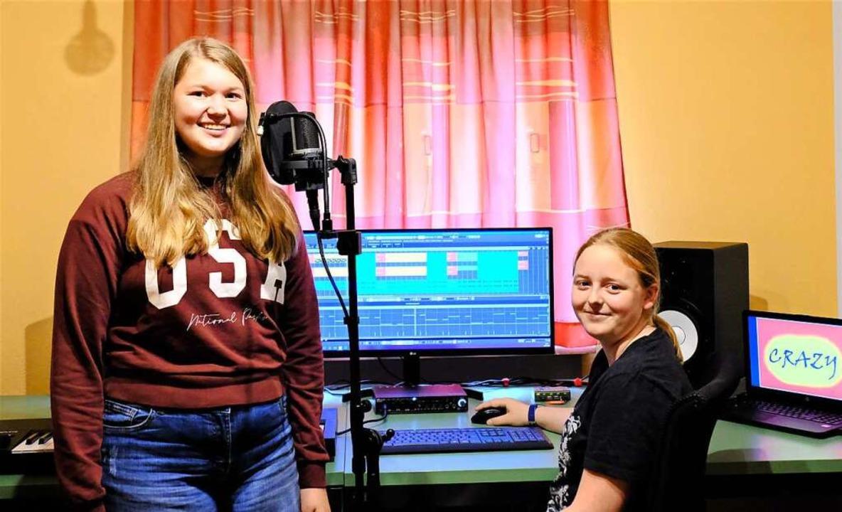Anika Pfeifer (links) und Alexandra Bö...ontest zum Eine Welt-Song aufgenommen.    Foto: Annika Kling