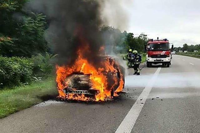Brennendes Auto verursacht auf der A5 bei Neuenburg Feuerwehreinsatz und Stau