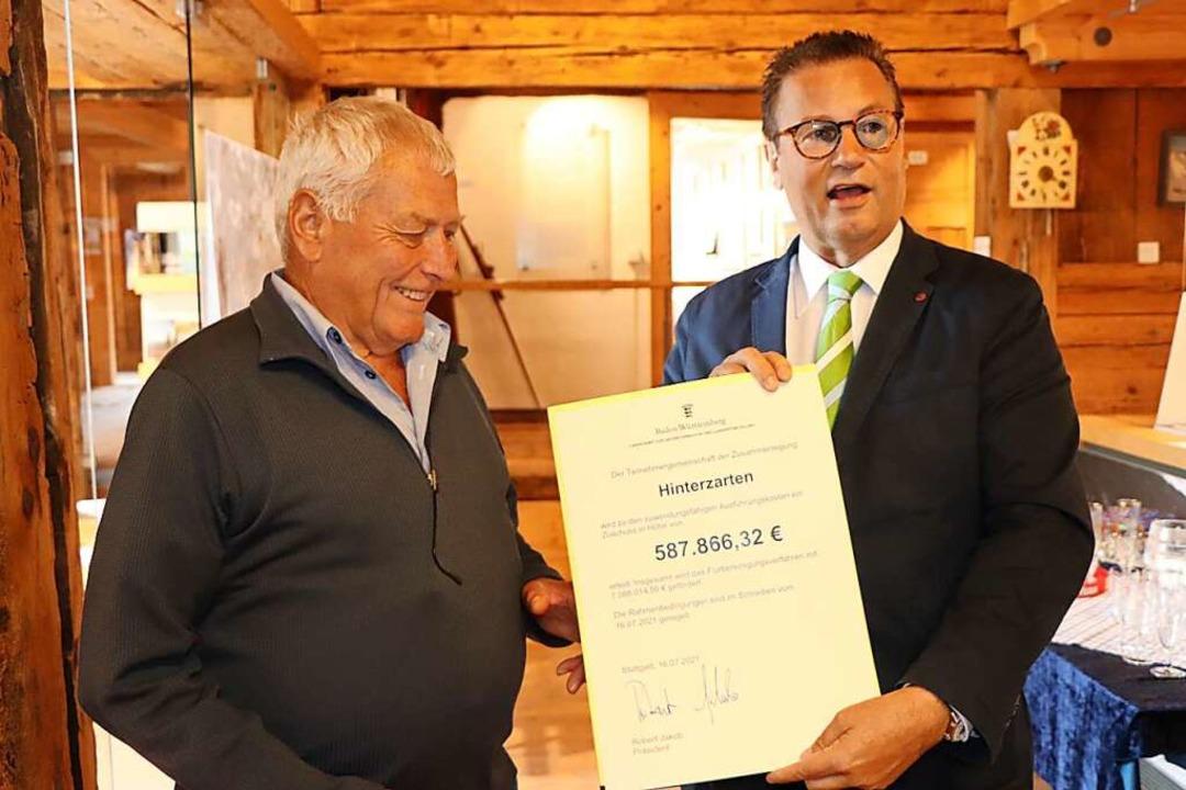 Minister Peter Hauk (rechts) überreich...einschaft Hinterzarten, Hermann Braun.  | Foto: Dieter Maurer