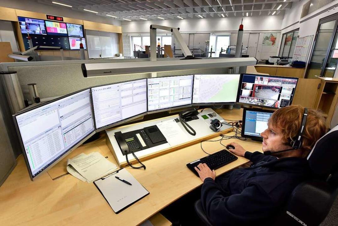 Benedikt Schneider überwacht die Monitore  in der Integrierten Leitstelle.  | Foto: Thomas Kunz