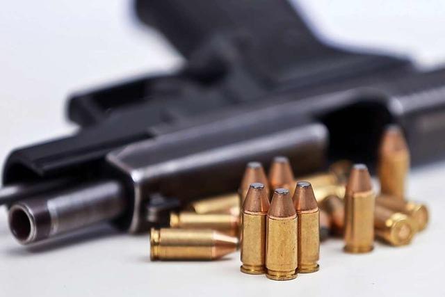 Jagdpächter richtet Pistole auf Spaziergänger
