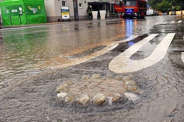 Austraße unter Wasser nach kurzem Starkregen in Rust