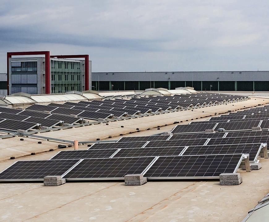 Mehr als 300 Solarmodule auf dem Dach ...die Laser-, Stanz- und Kantmaschinen.   | Foto: Firma