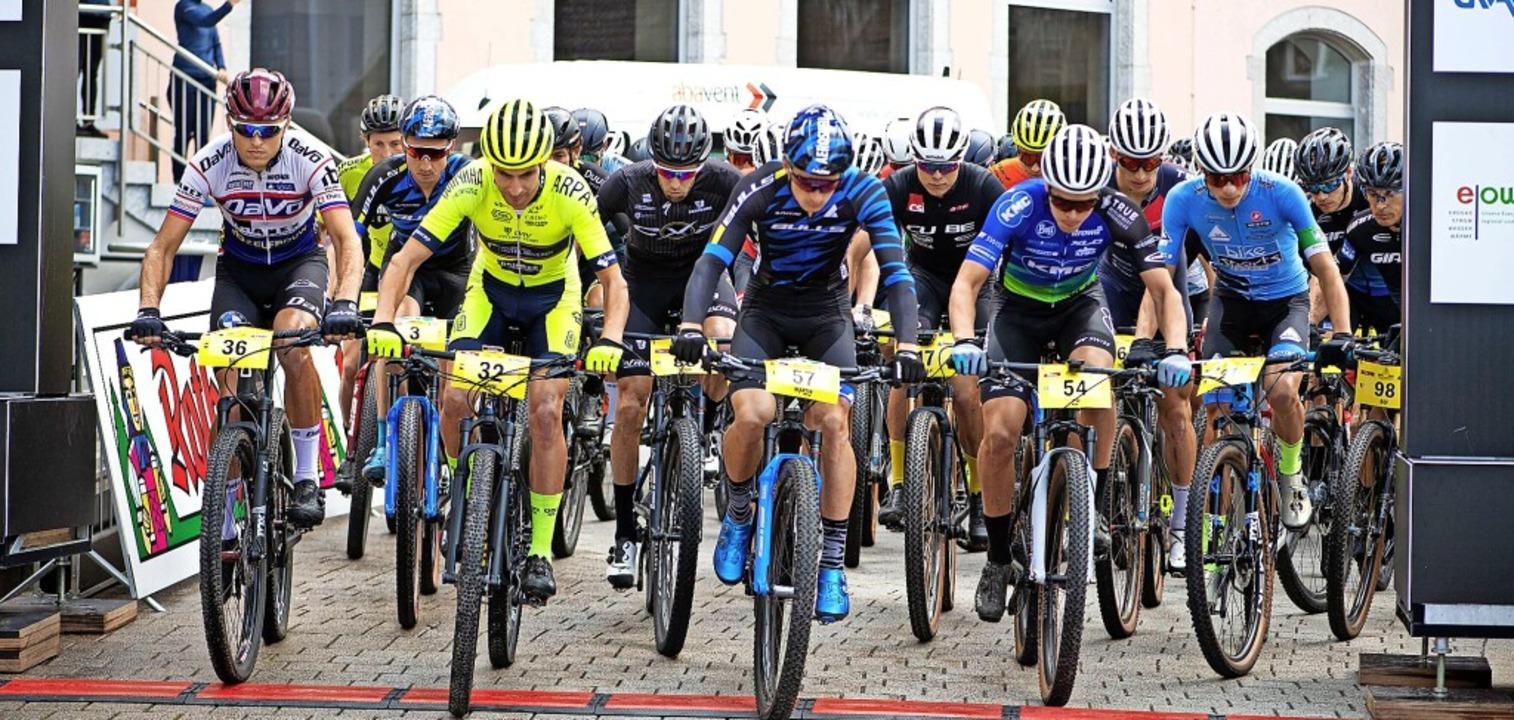 Start zur ersten Bike-Giro-Etappe, die...ks mit der Nr. 3) als Dritter beendet.    Foto: Wolfgang Scheu