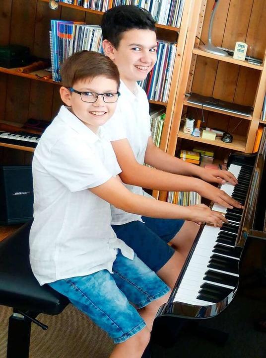 Alexandru und Stephan Duchaussoy haben Spaß am Klavierspiel.  | Foto: Susanne Bremer