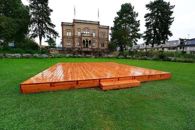Das Holzpodest im Colombipark ist Sitzplatz mit Bühnenpotential