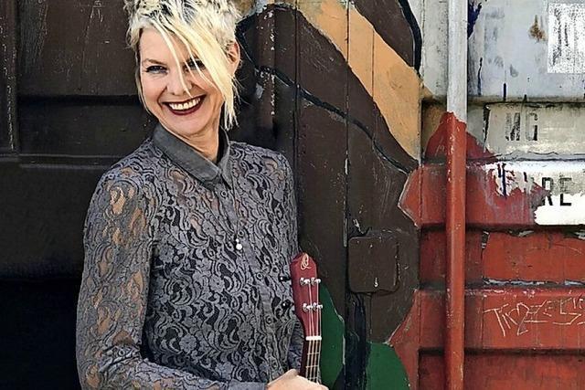 Simone Mitzner spielt am Rosenbrunnen in Lahr
