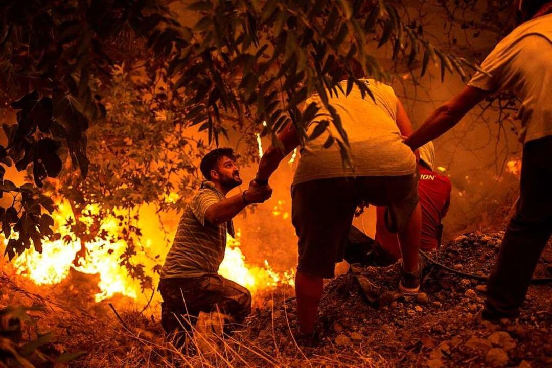 Nur noch die rußgeschwärzten Mauern st...aus nach einem Brand im Norden Athens.  | Foto: ANGELOS TZORTZINIS (AFP)