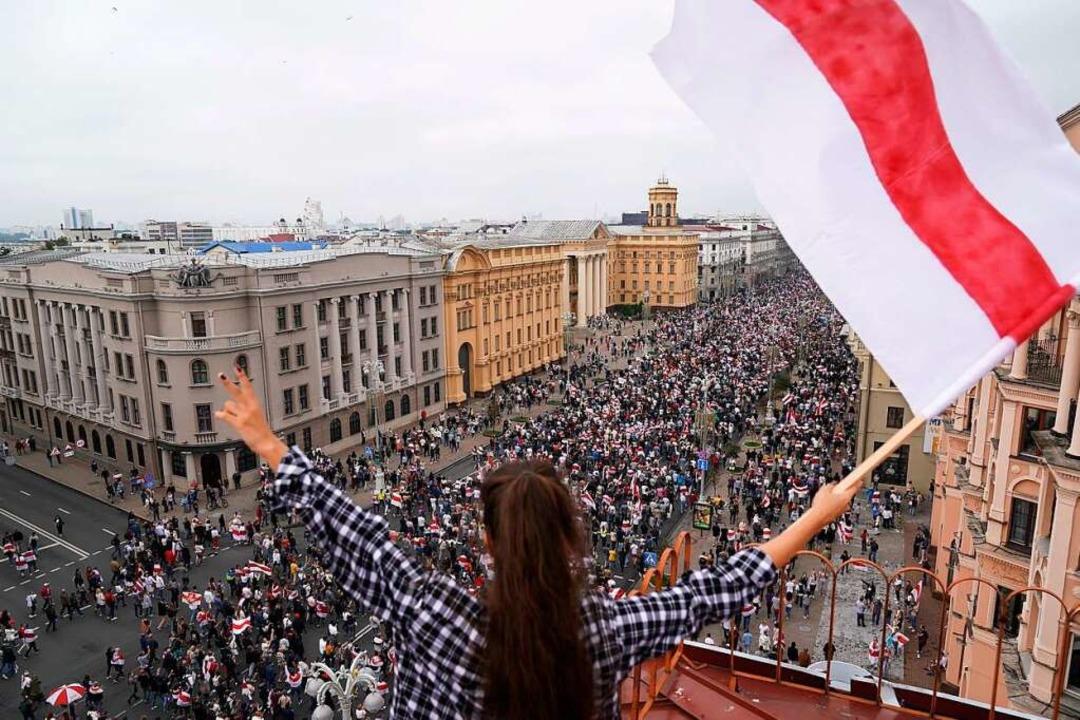 Belarus im August 2020: Eine Frau schw... in Minsk demonstrieren. (Archiv-Foto)  | Foto: Evgeniy Maloletka (dpa)