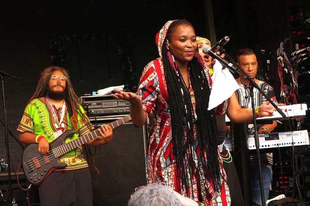 Kraftvoll und selbstbewusst gestaltete...ee Dube den Reggae-Abend am Sonntag.      Foto: Georg Voß