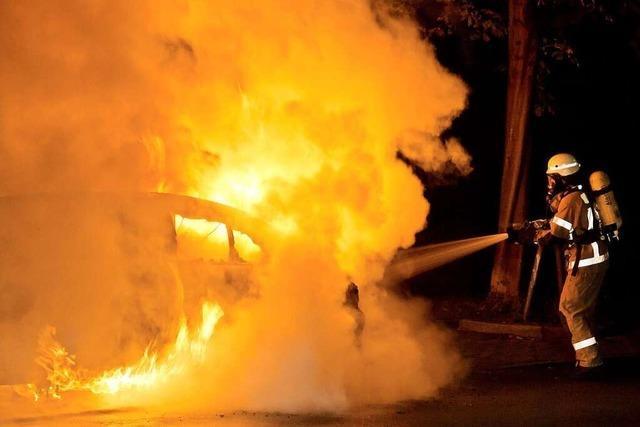 An einer Straße in Freiburg-Haslach geht ein BMW in Flammen auf