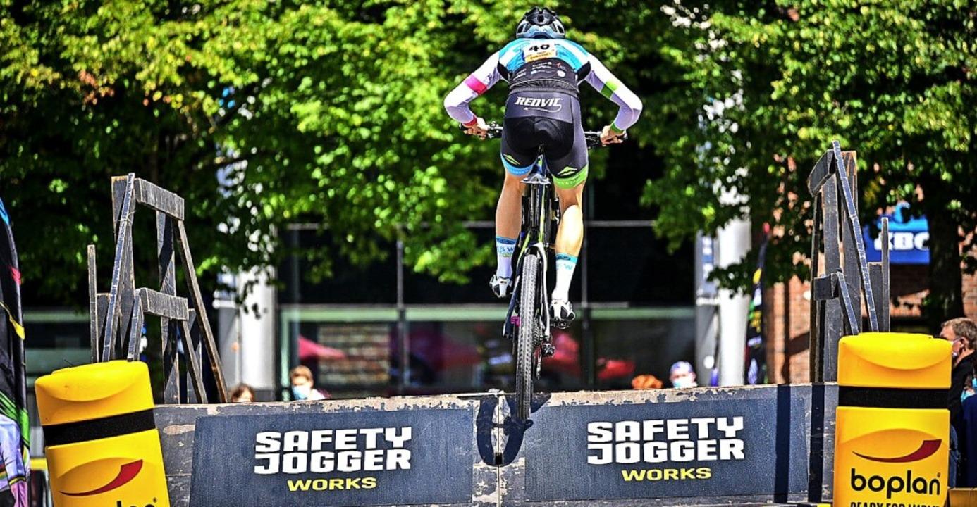 Mit Schwung hinauf auf die Brücke: der...ann beim Eliminator-Weltcup in Belgien  | Foto: Gutmann