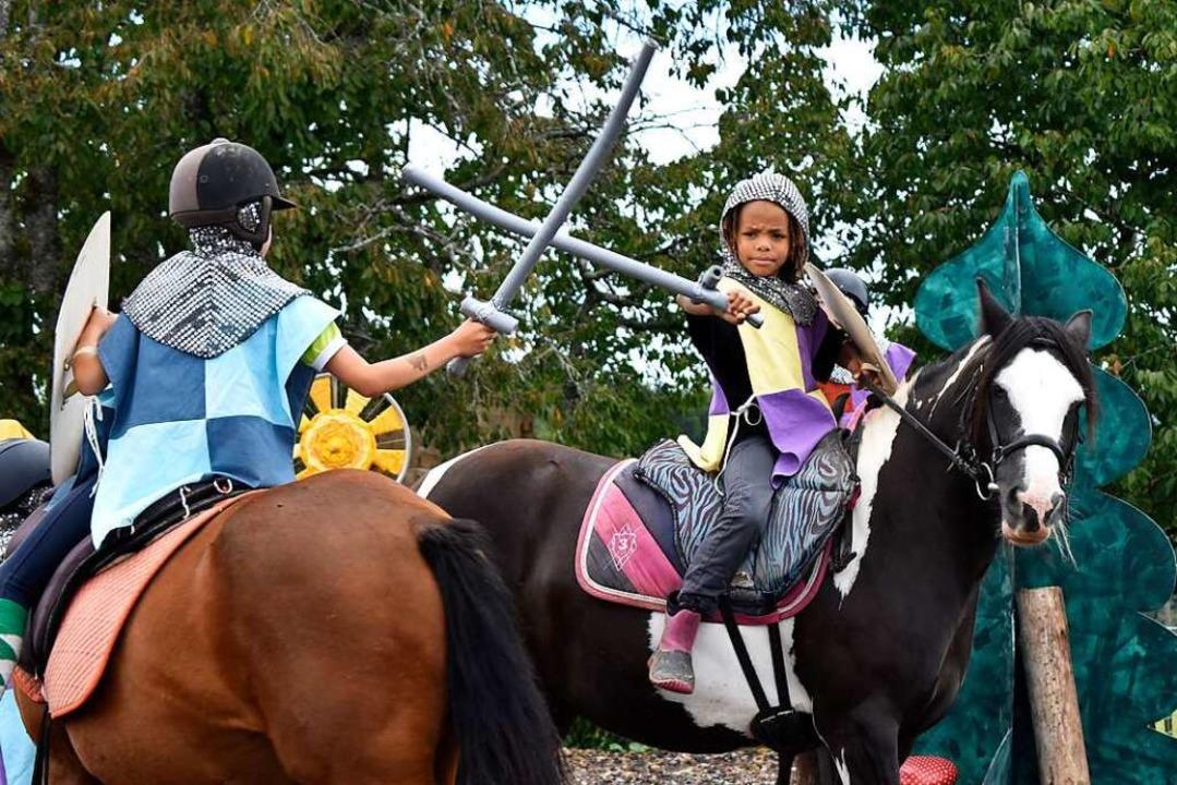 Hoch zu Ross kämpfen die Ritter in dem Theaterstück.    Foto: Leony Stabla