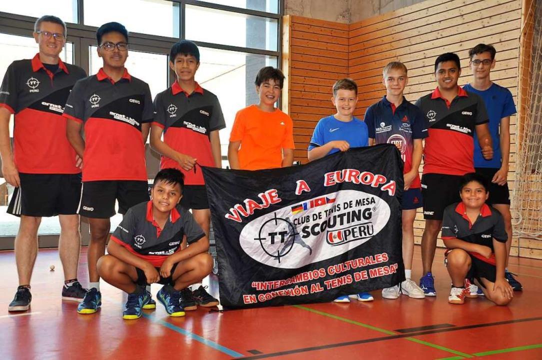 Jugendspieler aus Peru und des TTV Aug...tivanez (zweiter von rechts) in Auggen  | Foto: Ralf Strittmatter