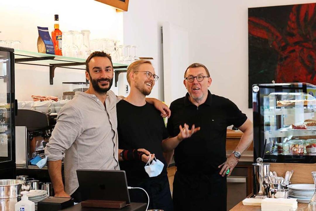 Das Team des Café Norso: Marius Strub ... mit Vater Martin und Mitarbeiter John    Foto: Gina Kutkat