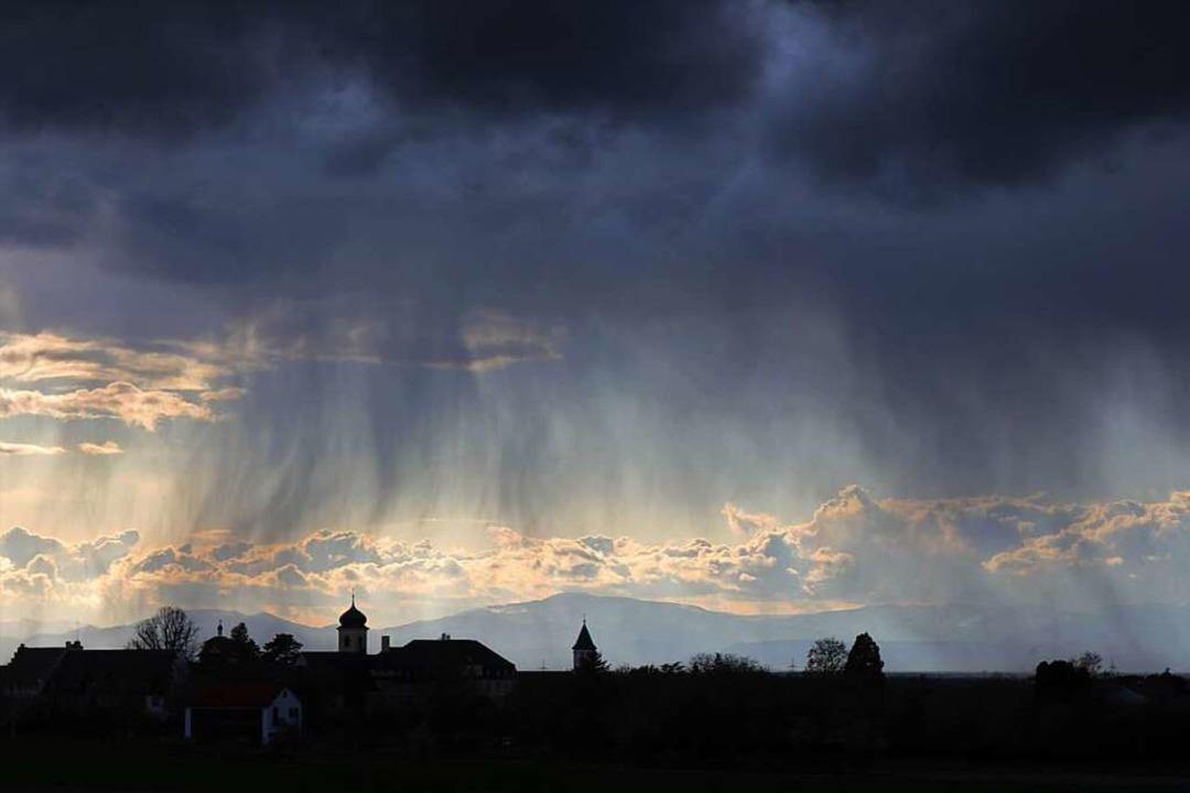 Regenschauer, hier im April über Heite... nicht nur  im Markgräflerland häufig.  | Foto: Harald Höfler